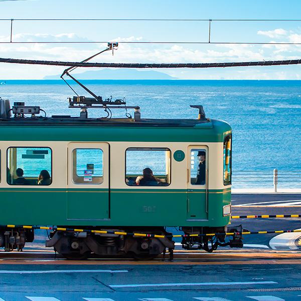 海を背景に疾走する江ノ電